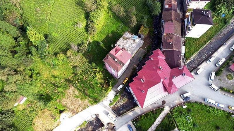 Rize'de çarpık yapılaşmaya son örnek; dere ortasına 4 katlı bina