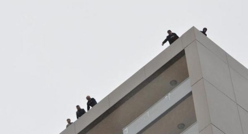 Maaşlarını alamayan işçiler vince ve çatıya çıkarak intihara kalkıştı