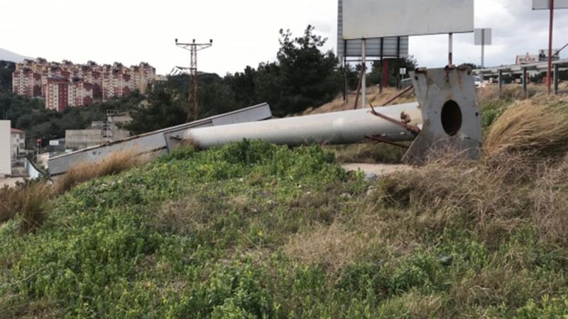 Hatayda şiddetli fırtına: Çatılar uçtu, elektrik direkleri devrildi