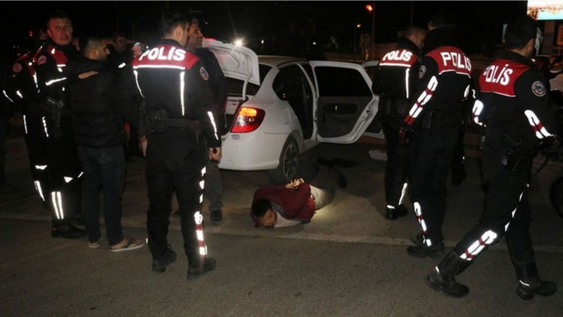 Adanada magandalar polise kimyon attı